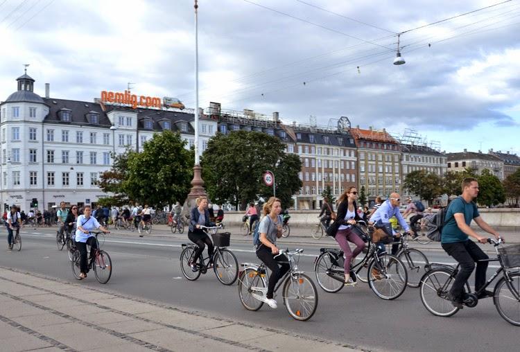 Ciclistas en Puente de Dr. Louises Bro en Copenhague | Copenhague