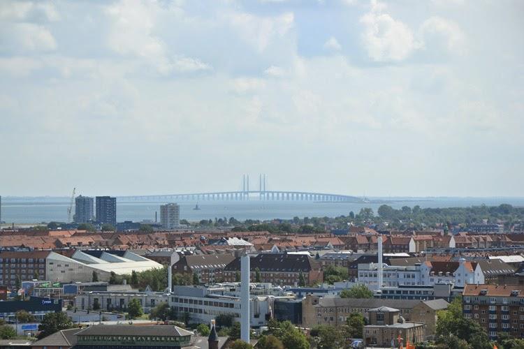 Vista panorámica desde Torre Vor Frelsers Kirke. Al fondo, puente Orense que conecta Copenhague con Malmö | stylefeelfree