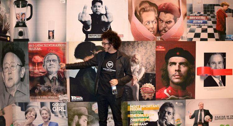 Foto de la obra de Daniel Andújar y el propio artista explicándola | StyleFeelFree